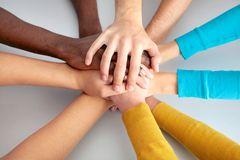 gruppo-degli-amici-che-mostrano-insieme-unità-con-le-loro-mani-43047413